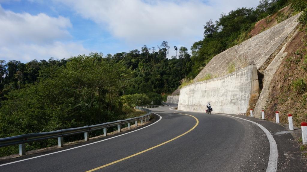 QL24 climbing to Mang Den