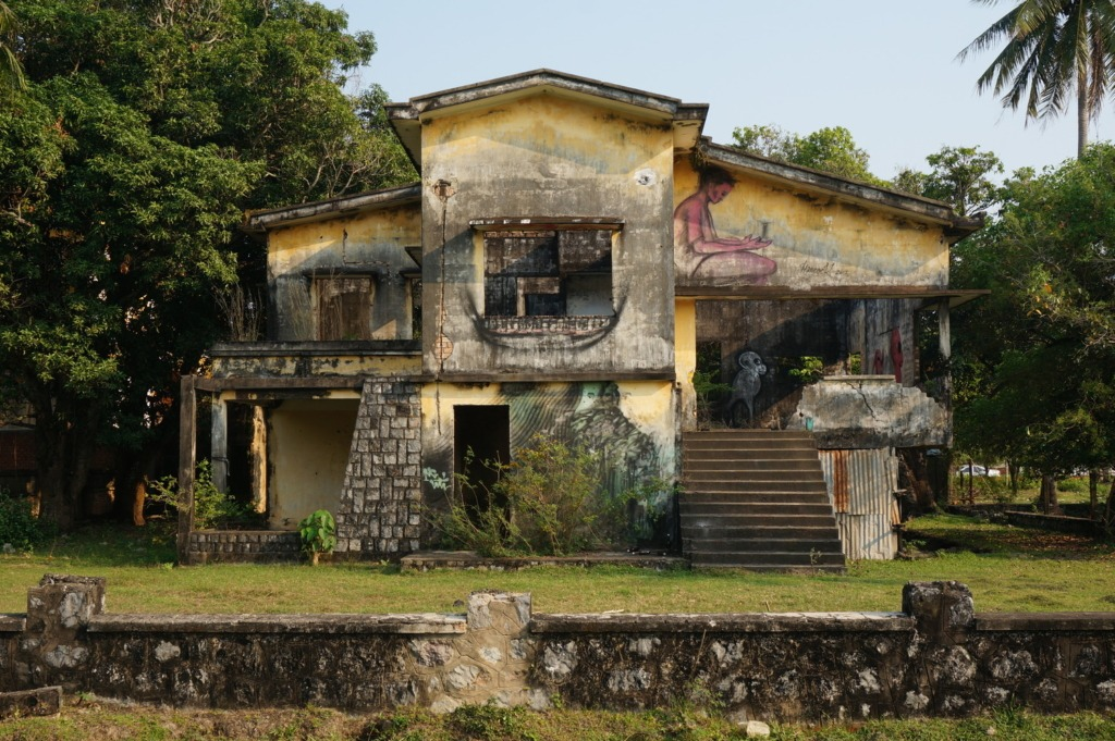 One of the many abandoned houses in Kep